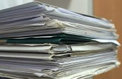 Une grosse pile de documents papier
