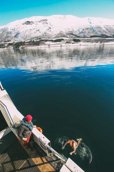 What's It Like To Swim In The Freezing Artic Sea? (37)