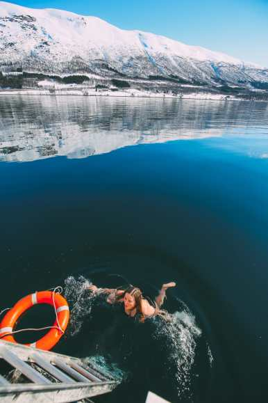 What's It Like To Swim In The Freezing Artic Sea? (41)