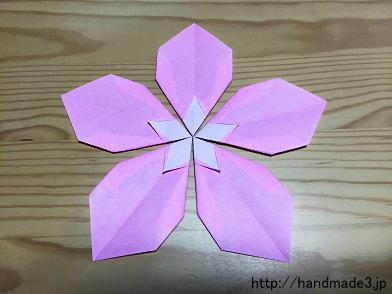 折り紙で桃の花を折った