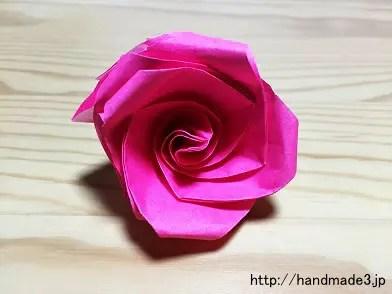 折り紙で立体のバラを折った