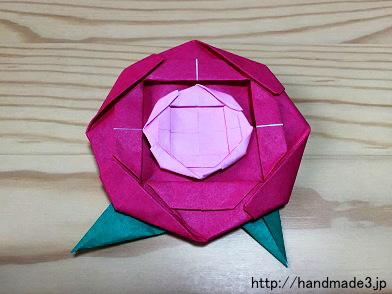 折り紙で平面のバラの花を折った