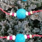 Мартеници за ръка с вълнени топчета в шарени цветове