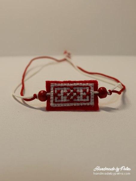 Мартеница за ръка с червено-бяла шевица и червена основа - handmadebypetra.com