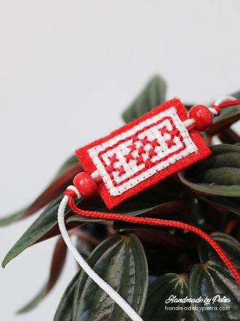 Мартеница за ръка с червено-бяла шевица