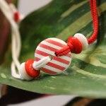Мартеница за ръка с копче бяло и червено