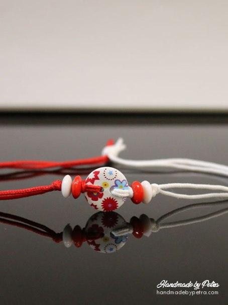 Мартеница за ръка с бяло копче и цветя за дете - handmadebypetra.com