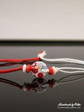 Мартеница за ръка с бяло копче и цветя