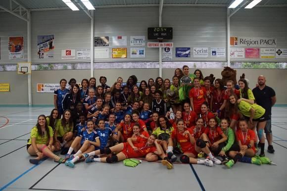 Les bleuettes au trophée Corine Chabannes - Source : FFHB