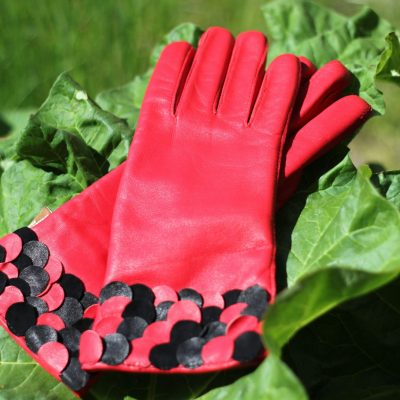 Modehandske med sort/rød pynt