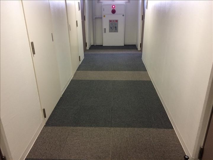 カーペットの廊下