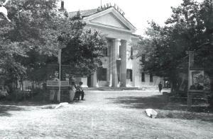 Здание ДОСА в гарнизоне с.Камень-Рыболов (80-е годы). Долгое время Дом офицеров являлся центром культурной жизни села