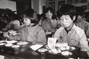 Kids started receiving bread and milk through school meals in the 1960s. From Donga.com