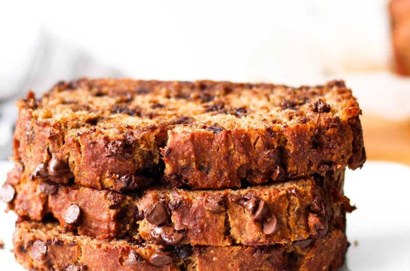 The easiest healthy banana bread recipe that you need to make. It's vegan and whole-grain!