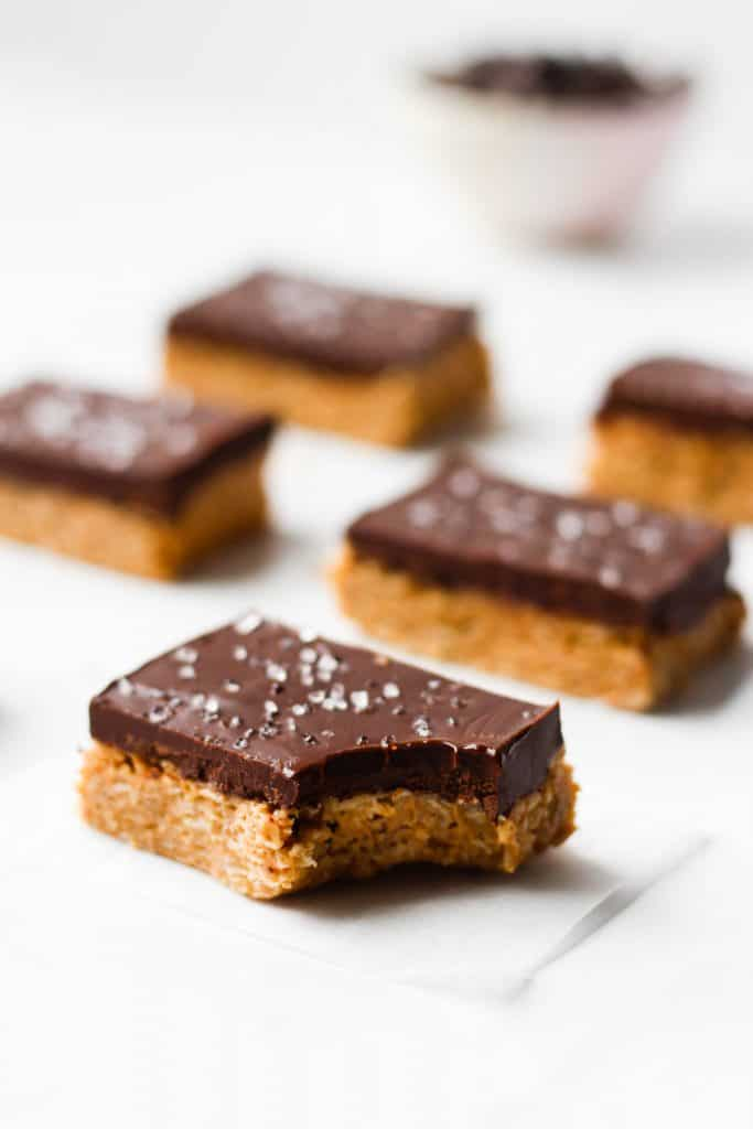 Delicious and healthy chocolate and peanut butter bars made with simple ingredients like peanut butter, oats, honey and chocolate. These no-bake chocolate peanut butter oatmeal bars are a great sweet snack or healthy dessert straight from the fridge. Easy and gluten-free!