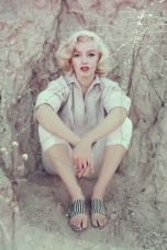 hbz-marilyn-the-rock-sitting-la-1953-milton-h-greene-archive-images