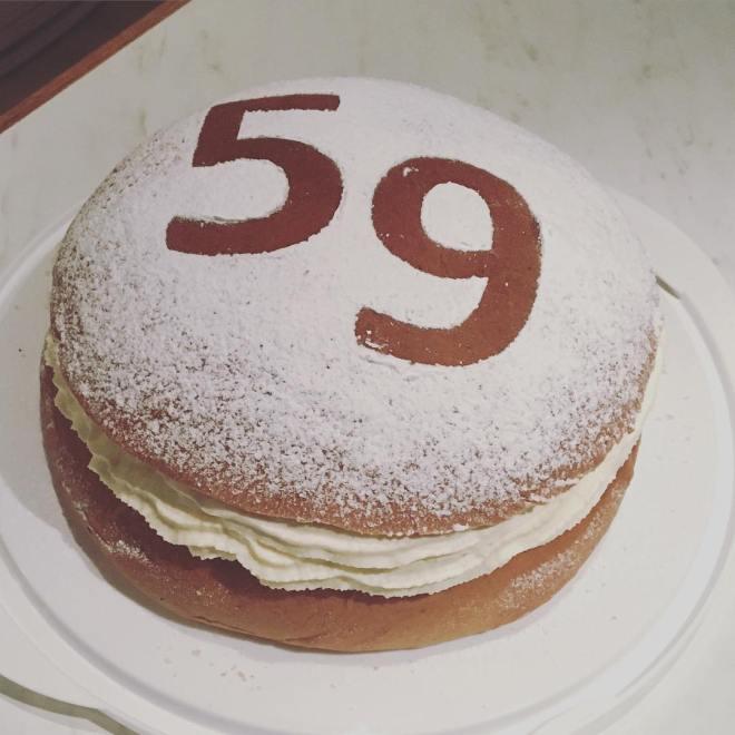 Blev en tårta till en person som fyllde 59 år idag! Det firades med en semmeltårta #59år