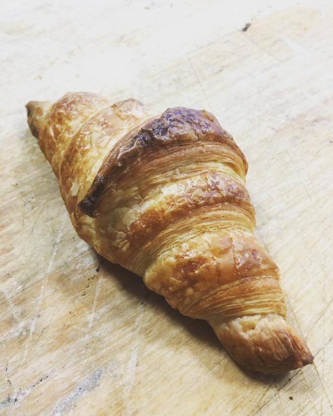 En Croissant perfekt som fika i det underbara vårvädret med en kopp kaffe eller te