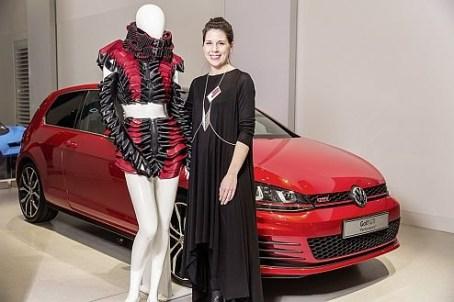Anschnallen bitte: Award-Gewinnerin Annika Dierker mit ihrem Sicherheitsgurt-Outfit.