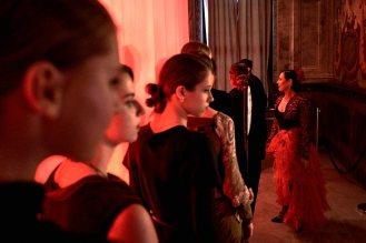Tänzer und Models warten auf ihren Auftritt.
