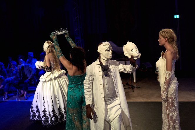 Maskenspiel beim Fashion&Dance-Festival.