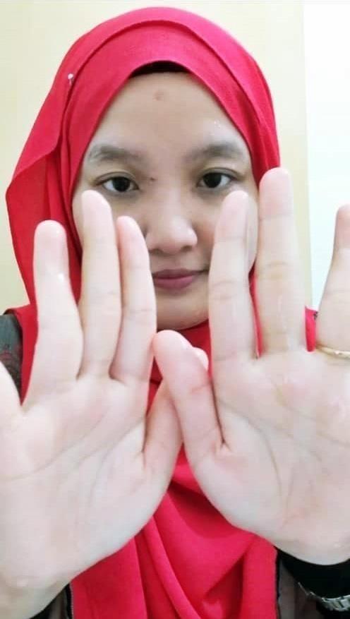 First step, basahkan muka dan tangan