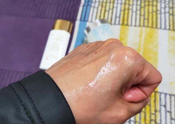 Gel Aqua Whitening Cream yang bertukar menjadi water drop selepas beberapa saat disapu