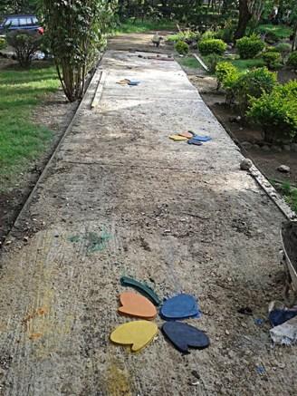 Aanleg paden. Vóór het storten van het gekleurde cement.