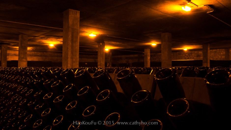 放在傳統轉瓶架上的香檳,等瓶中的死酵母等殘渣都集中到瓶口時,便可進行除渣