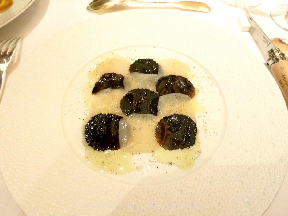 巴黎米其林三星餐廳琶音(l'Arpège) 將生干貝切成薄片,與黑松露作黑白相迭,擺成幾何狀