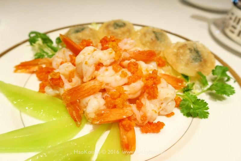 唐閣的得獎名菜「金錢鮮蝦球」,蝦球迅速過油並加上蟹黃,口感鮮爽,其中的油炸金錢蟹盒外裹豬網油,相當耗工序。