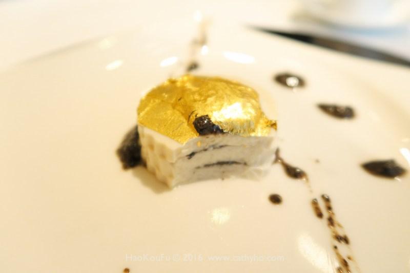 明閣的曾超烈主廚也會應用西方食材入菜,像這道金箔松露千層豆腐,片的薄薄的豆腐中間夾了黑松露醬,做工細膩精巧。