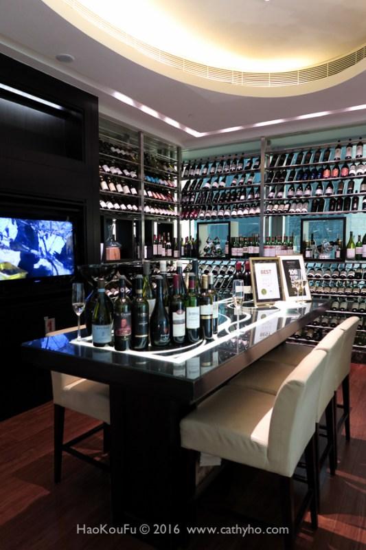明閣設置的明酒窖,裡面藏酒至少350種,皆是侍酒師精選特別能搭配中菜的。