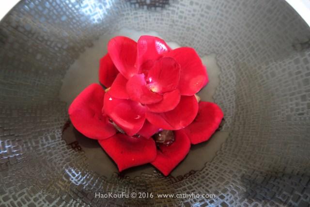Le Moût樂沐的「慢煮仔牛舌佐南投山形玫瑰」,讓我吃完後印象深刻,甚至離開餐廳後仍反覆琢磨。仔牛舌還用了孜然粉去調味,更顯牛舌的野,然而又被玫瑰花瓣的黯柔幽香所馴服