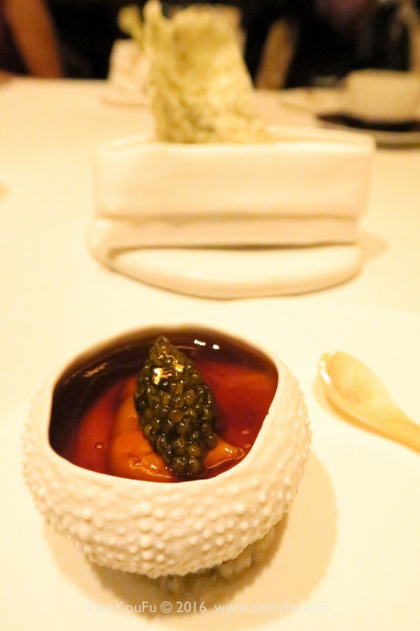 獲得第20名的Amber,圖中為經典名菜 - Hokkaido aka & balun sea urchin in a lobster jell-O with cauliflower, caviar, & crispy waffles,可惜在今年5月31日從菜單下架...