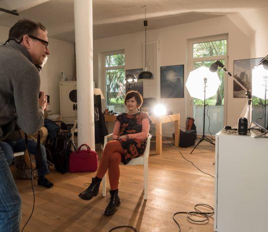 Fotograf Oliver Hadji porträtiert eine Workshop Teilnehmerin
