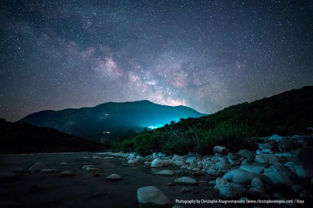 Die Milchstraße über dem Acheloos River. Die Milchstrasse ist die Galaxie, in der sich das Sonnensystem mit der Erde befindet.