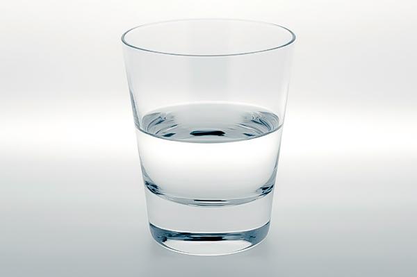 Is the glass half full or empty? コップに入っている水・・・半分空?半分いっぱい?