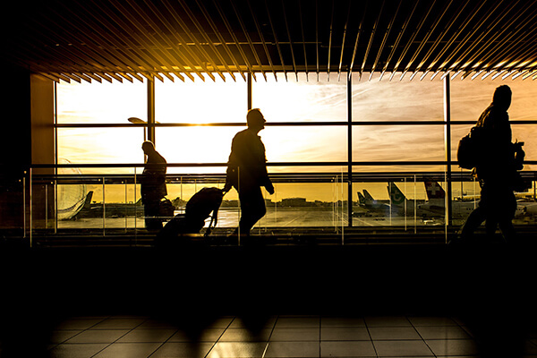 「旅行する」や「旅行に行く」を自然な英語で言うなら