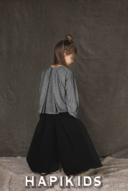 Необычные суперширокие брюки от девичьи UNLABEL с минимальным узором на осень / зиму 2017