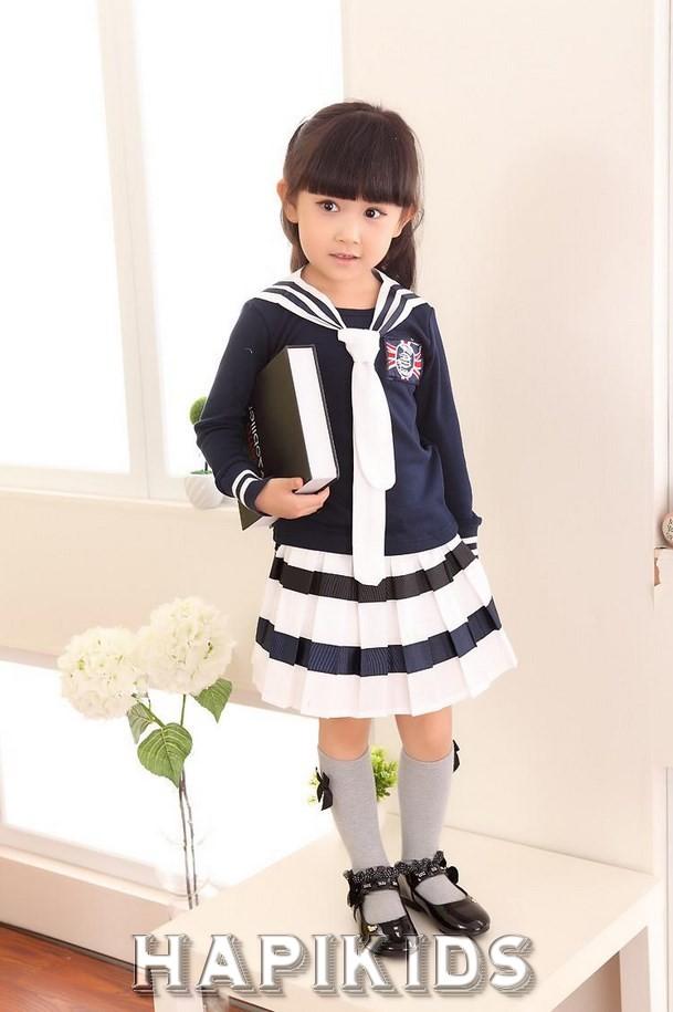 Маленькая девочка в Симпатичной форме: