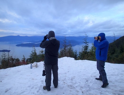 Winter hiking at Bowen Lookout