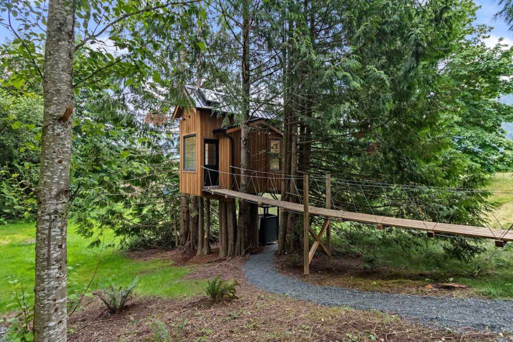 Treehouse with a view in Chilliwack - a gorgeous rental cabin near Vancouver