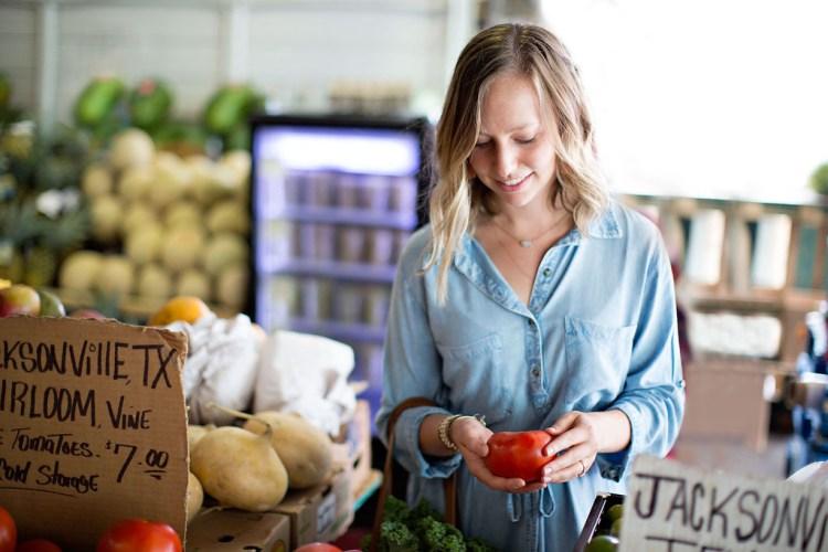 Farmers Market Shoot | read more at happilythehicks.com