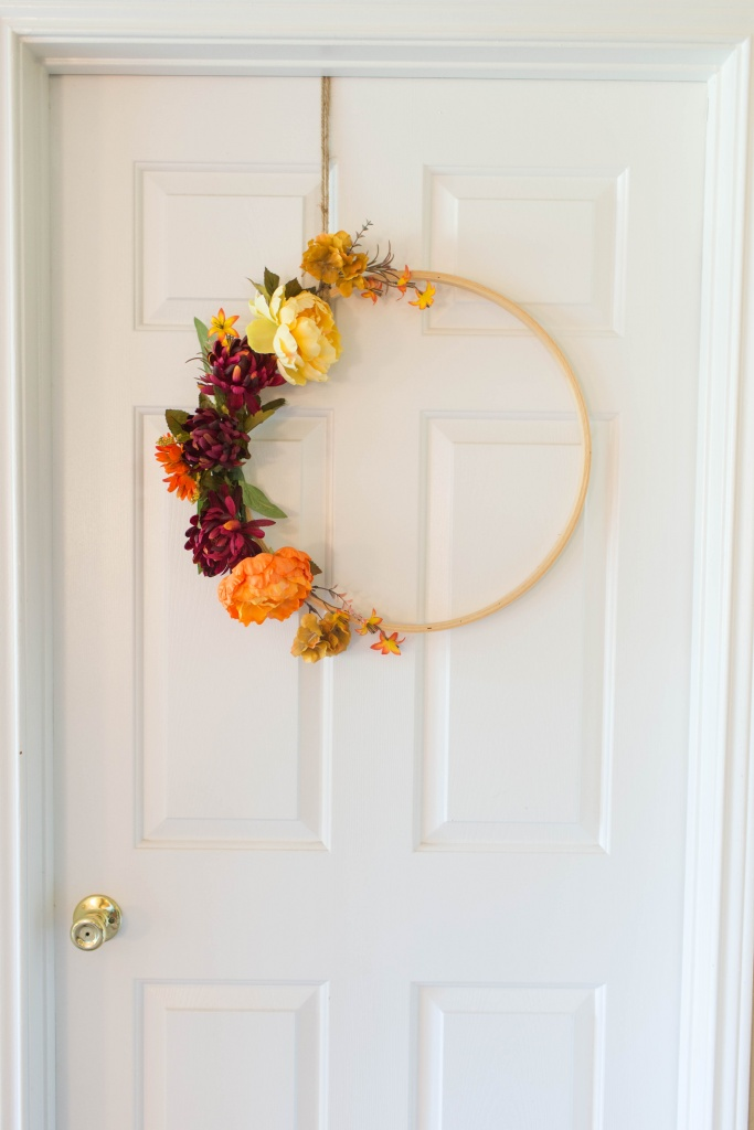 This DIY fall hoop wreath is SO easy to make, and a great addition to your fall decorations. | read more at happilythehicks.com