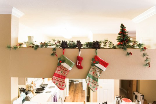 Deck the halls with these easy holiday decor ideas!   read more at happilythehicks.com