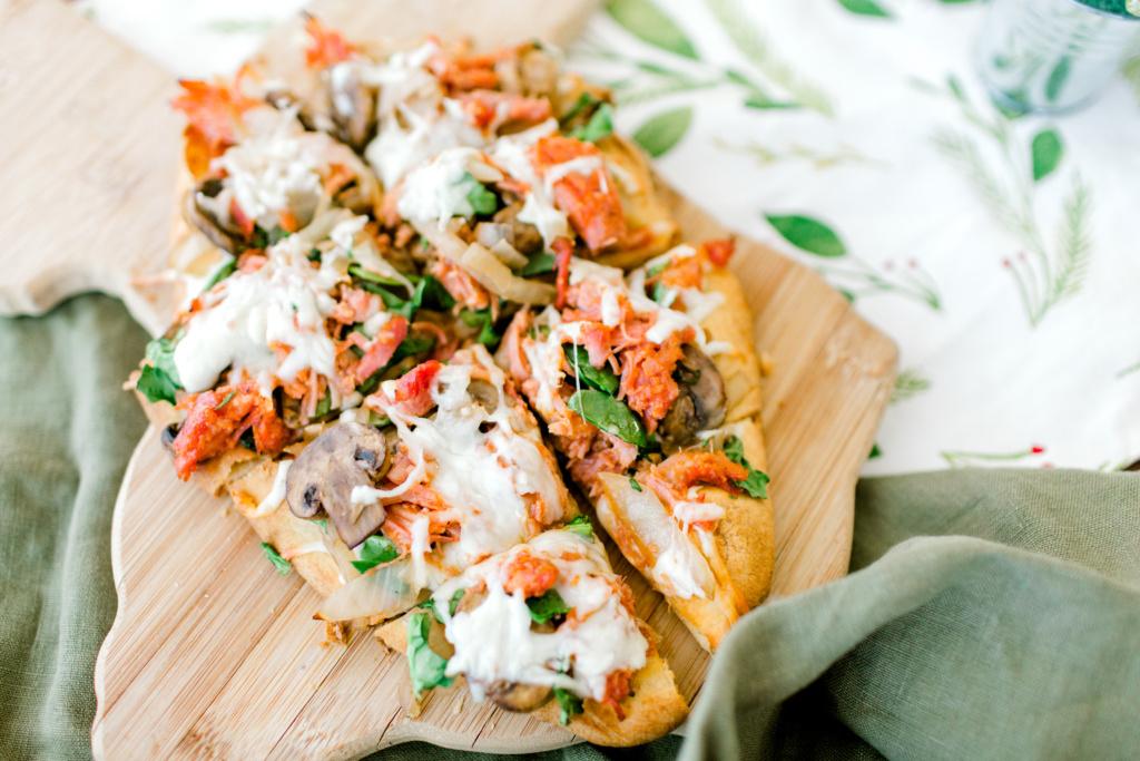 BBQ Pork Flatbread Pizza | read more at happilythehicks.com