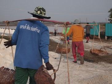 Champs de sel à Phetchaburi. Un travail très physique en plein soleil..et ils sourient.
