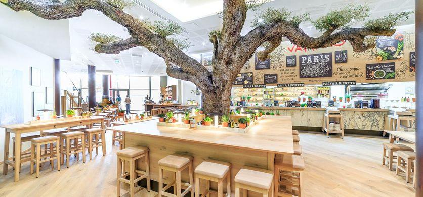 Vapiano table autour d'un arbre