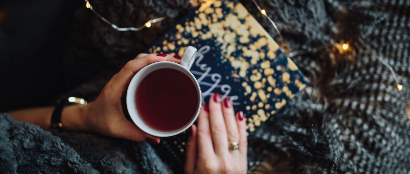 tasse de café sur un livre et guirlandes